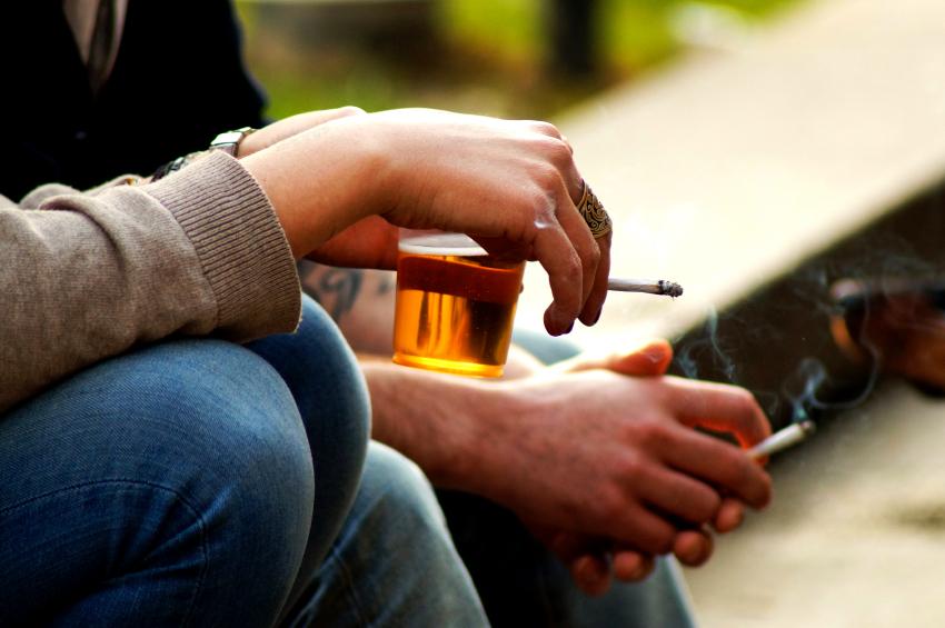 Nikotin, also das Rauchen, und Alkohol sind zwei gesundheitsschädliche Genussgifte, die du unbedingt meiden solltest